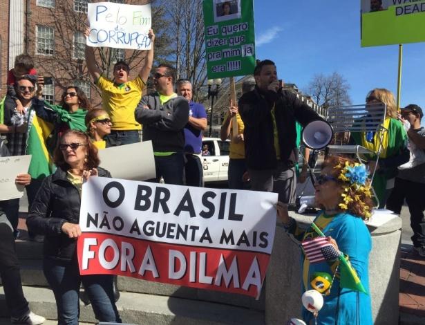 13.mar.2016 - Manifestantes protestam contra o governo Dilma Rousseff em Boston (EUA). A imagem foi enviada pelo internauta Nilton Soares para o WhatsApp do UOL Notícias - (11) 95520 5752