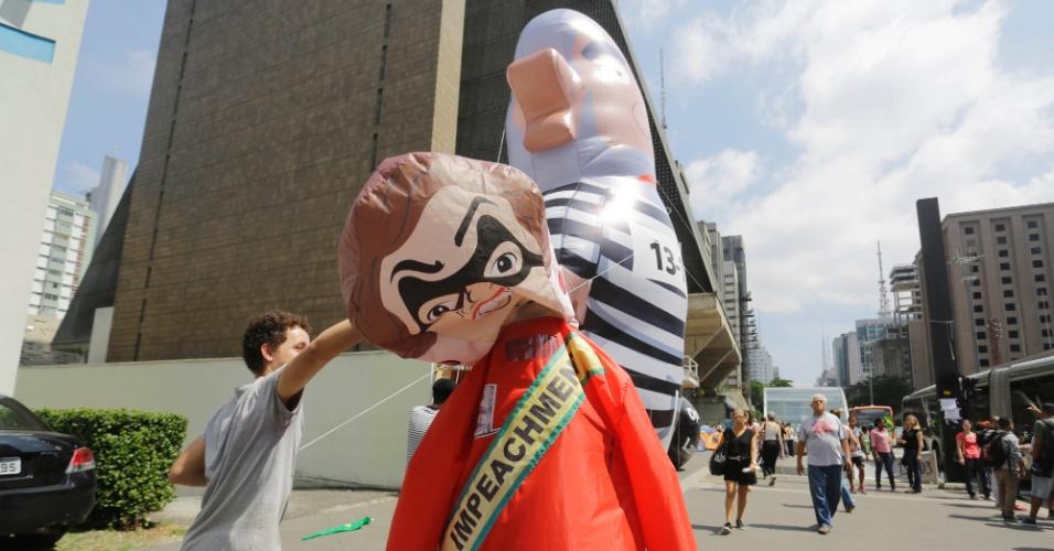 21.mar.2016 - Depois de inflar o boneco de Lula, manifestantes acampados na avenida Paulista também inflam uma boneca que representa a presidente Dilma Rousseff. Com medo de danos ou represálias, os organizadores evitam deixar os bonecos expostos o tempo todo