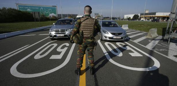 Soldado controla fluxo de motoristas em direção ao aeroporto de Zaventem, em Bruxelas, na Bélgica