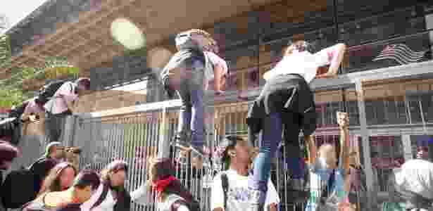 Momento em que estudantes pularam as grades do Centro Paula Souza - Paulo Ermantino/Raw Image/Estadão Conteúdo - Paulo Ermantino/Raw Image/Estadão Conteúdo