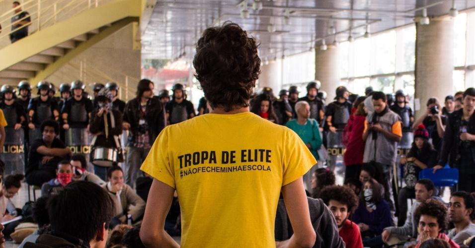 """02.mai.2016 - Estudantes continuam ocupando o prédio do Centro Paula Souza, na região central de São Paulo. Eles protestam contra a """"máfia da merenda"""" e contra os cortes na educação. A Tropa de Choque da PM também está no local"""