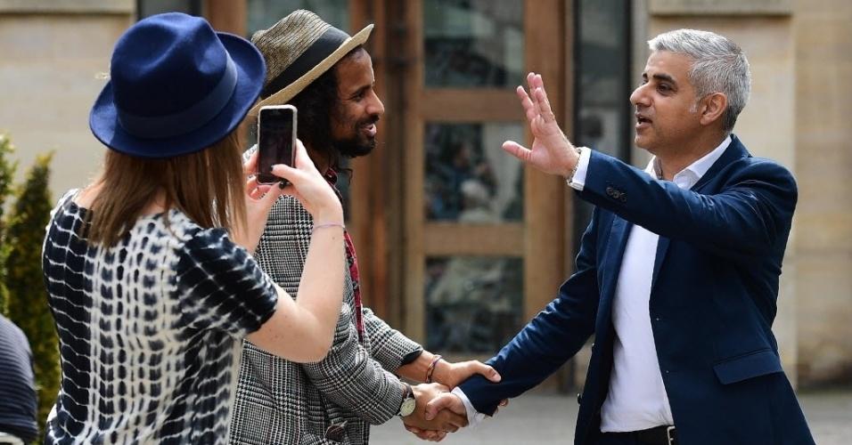 7.mai.2016 - O prefeito eleito de Londres, Sadiq Khan (dir.), cumprimenta apoiadores ao deixar a catedral de Southwark, após participar de sua cerimônia de juramento. Membro do Partido Trabalhista, Khan se tornou o primeiro prefeito muçulmano de uma capital da europa ocidental