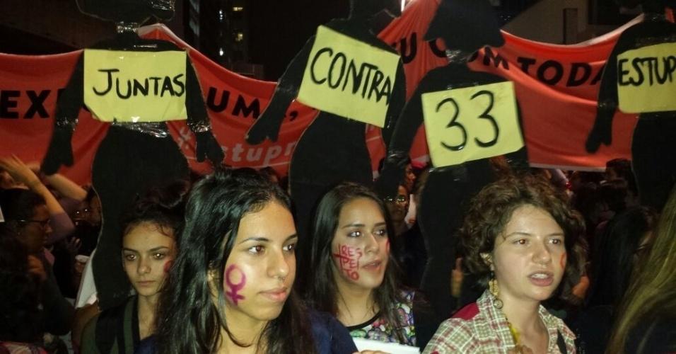 """1º.jun.2016 - Manifestantes se reúnem na avenida Paulista, em São Paulo, e participam do ato """"Por todas Elas"""", contra a cultura do estupro e a violência praticada contra as mulheres. Cartazes lembram a jovem de 16 anos que foi estuprada por 33 homens no Rio de Janeiro, no fim de maio"""
