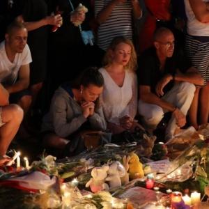 15.jul.2016 - Pessoas rezam em torno de memorial improvisado para homenagear as vítimas do ataque com caminhão