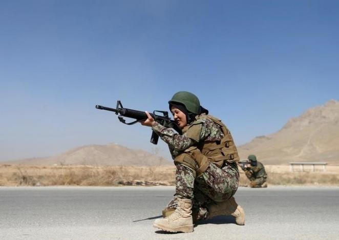 10.nov.2016 - Zarmina Ahmadi, 22, soldada do Exército Nacional do Afeganistão, aponta seu rifle durante um exercício militar