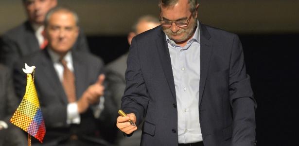 24.nov.2016 - O líder das Farc, Timoleón Jimenez, o 'Timochenko', durante assinatura do acordo de paz com o governo colombiano, em Bogotá