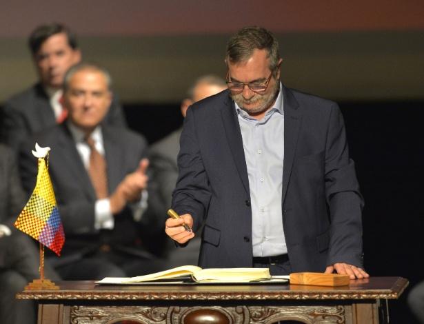 O líder das Farc, Timoleón Jimenez, ou Timochenko, assina o novo acordo de paz com o governo colombiano, em Bogotá