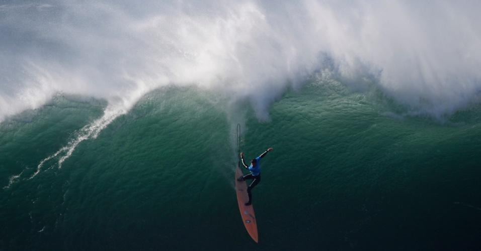 22.dez.2016 - Surfista americano de ondas grandes Nic Lamb desce uma onda na Praia do Norte em Nazare durante o Desafio Nazaré da World Surf League, em Portugal