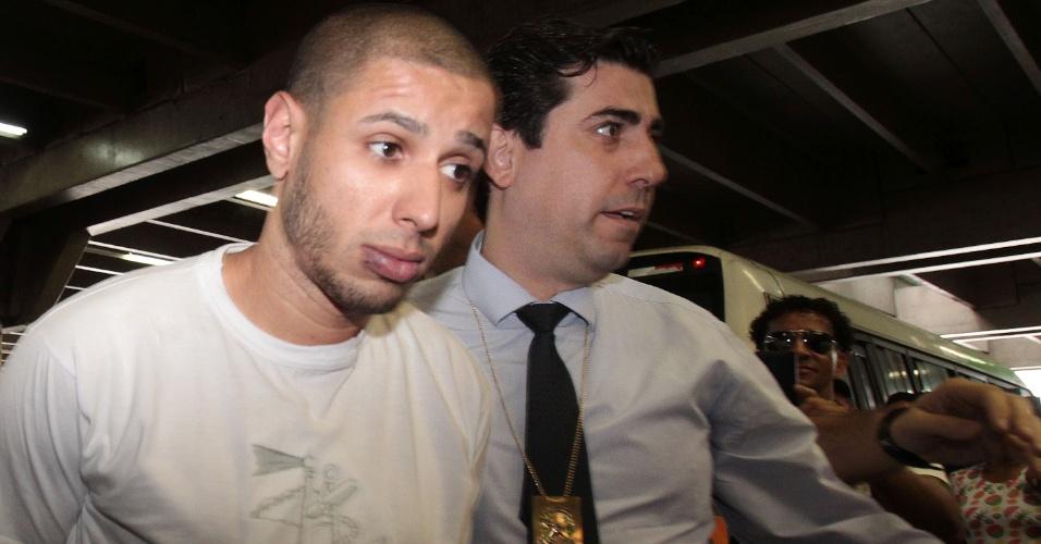 28.dez.2016 - Alípio Rogério dos Santos, suspeito de espancar até a morte um ambulante no metrô de São Paulo no último domingo (25), é preso nesta quarta-feira