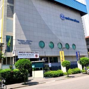 O Colégio Universitas fica no bairro da Ponta da Praia, em Santos, no litoral sul de São Paulo