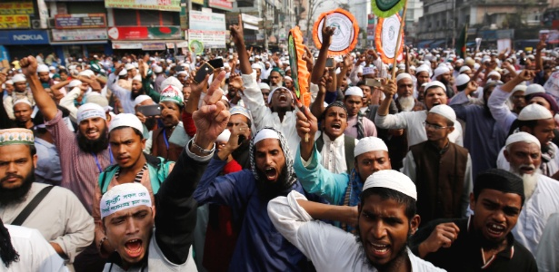 18.dez.2016 - Muçulmanos em Bangladesh protestam contra repressão à minoria rohingya no Estado de Rakhine, em Mianmar, país vizinho no Sudeste Asiático