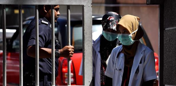 Equipe médica deixa ala da medicina forense do Hospital Kuala Lumpur, na Malásia
