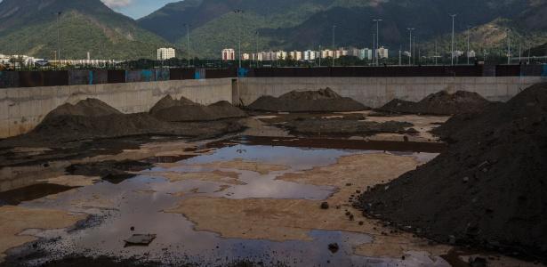 Montes de terra no que era a piscina de aquecimento das Olimpíadas do Rio