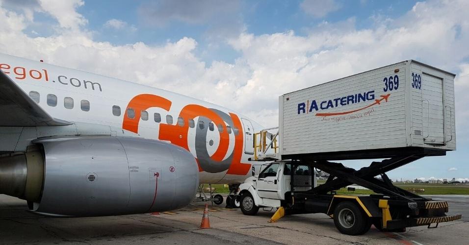 O carregamento do serviço de bordo dentro do avião dura entre 10 e 15 minutos para os voos da ponte aérea