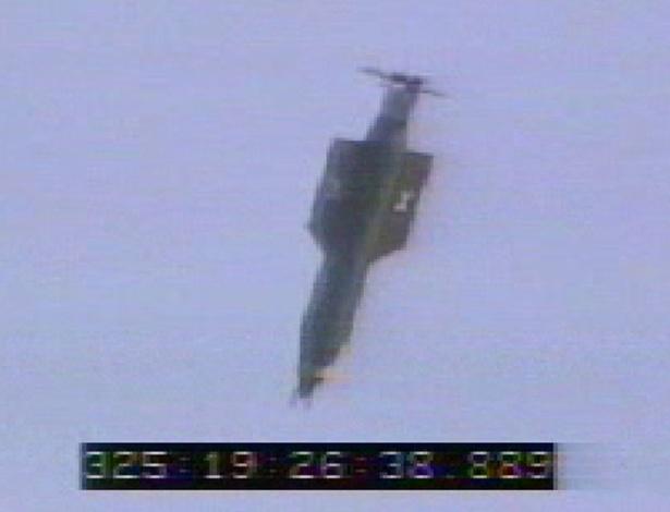 A bomba GBU-43/B, também conhecida como Artilharia Maciça de Explosão no Ar, é lançada com sucesso durante teste na Flórida em 21 de abril de 2003