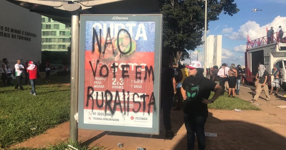 24.mai.2017 - Ponto de ônibus em frente aos Ministérios do Turismo e de Minas e Energia fica pichado durante protesto em Brasília