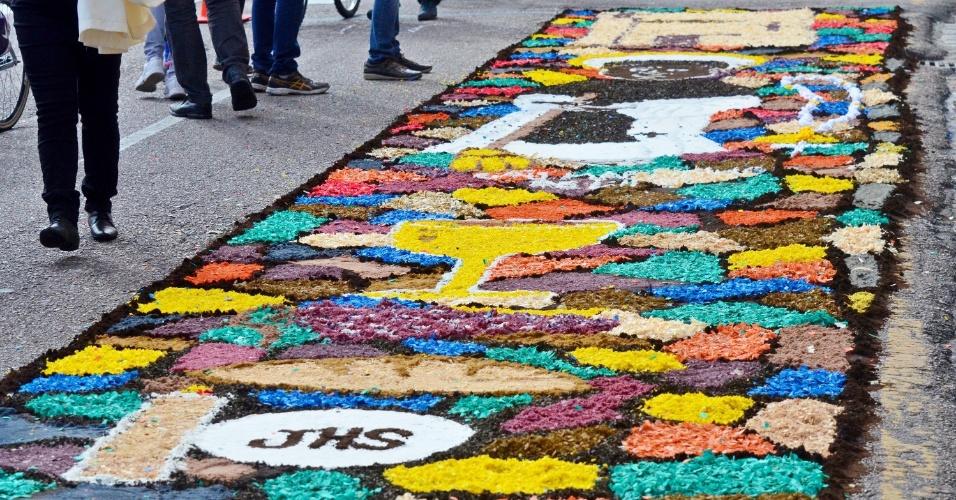 15.jun.2017 - Um tapete de Corpus Christi, com extensão de aproximadamente 2km, é confeccionado no centro de Curitiba (PR)