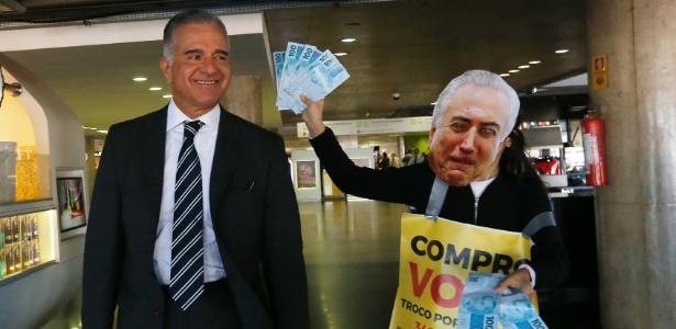 1.ago.2017 - Ativistas cercam o deputado Júlio Lopes durante protesto no Aeroporto de Brasília
