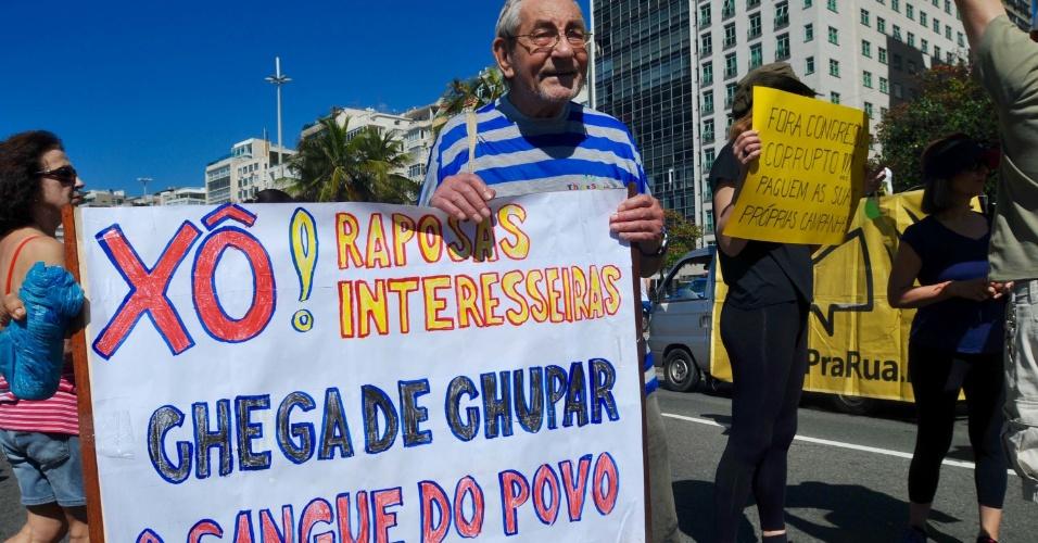 27.ago.2017 - Manifestantes se reúnem em Copacabana, zona sul do Rio de Janeiro (RJ), para protestar contra a impunidade e à favor da renovação política