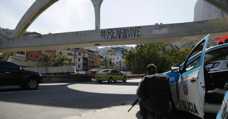 22.set.2017 - PM faz operação na comunidade da Rocinha. Nas fotos, troca de tiro de policiais