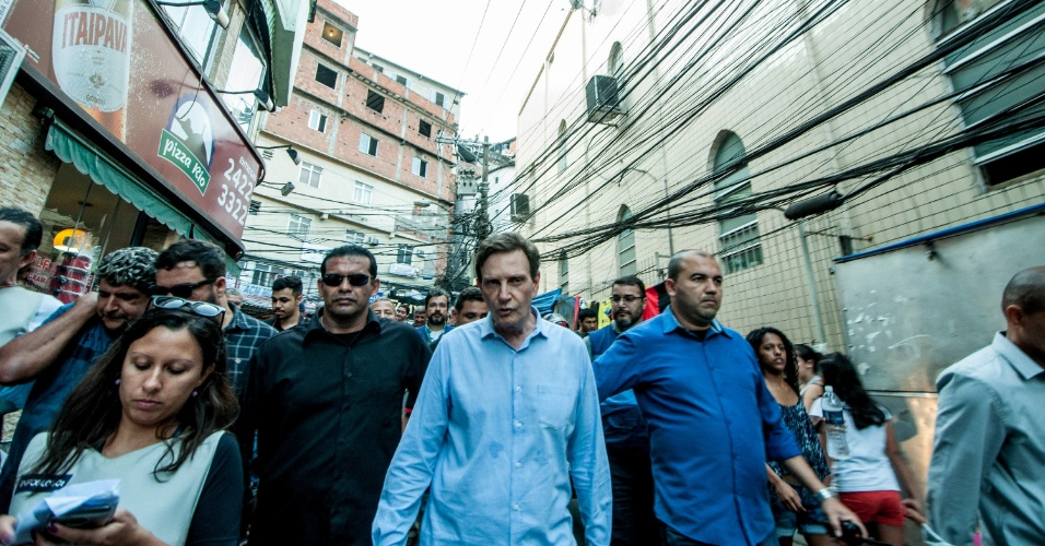 RJ - PREFEITO DO RIO DE JANEIRO VISITA ROCINHA / RJ - GERAL - O Prefeito Marcelo Crivella visitou a favela da Rocinha nesta tarde de quarta feira