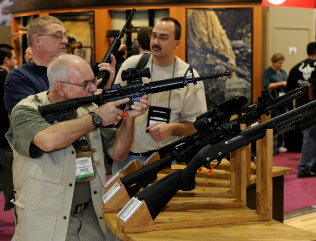 18.jan;.2011 - Rifle é testado em salão de venda de armas em Las Vegas, nos Estados Unidos