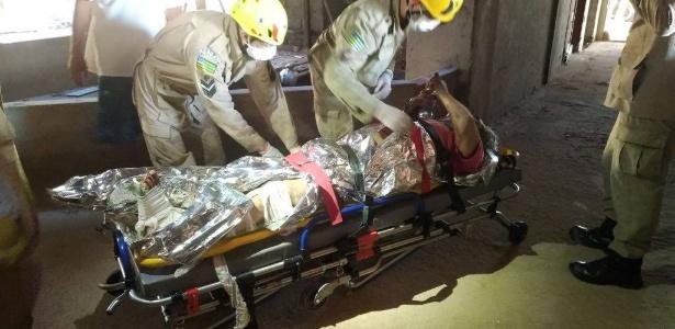 Homem foi resgatado quatro dias após cair em fosso de elevador de prédio em obras