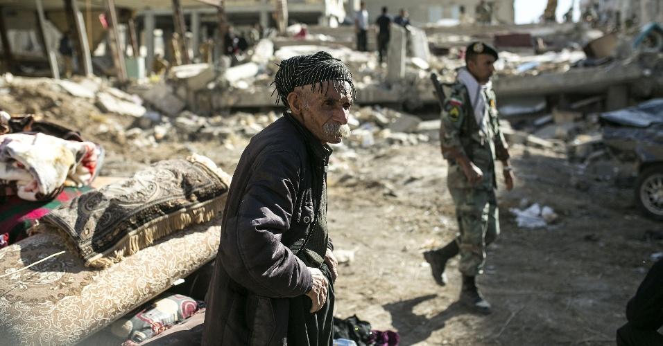 13.nov.2017 - Homem observa destruição após terremoto em Sarpol-e Zahab, no Irã