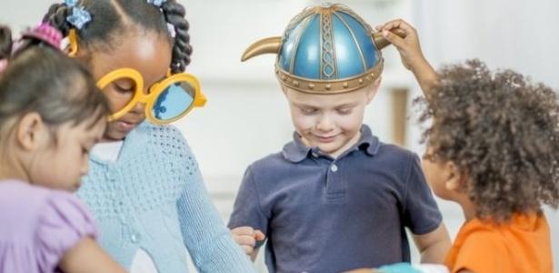Crianças no ensino fundamental devem ter a liberdade de usar tiara ou capa de super-herói sem reprimenda de professores ou colegas, diz a Igreja Anglicana