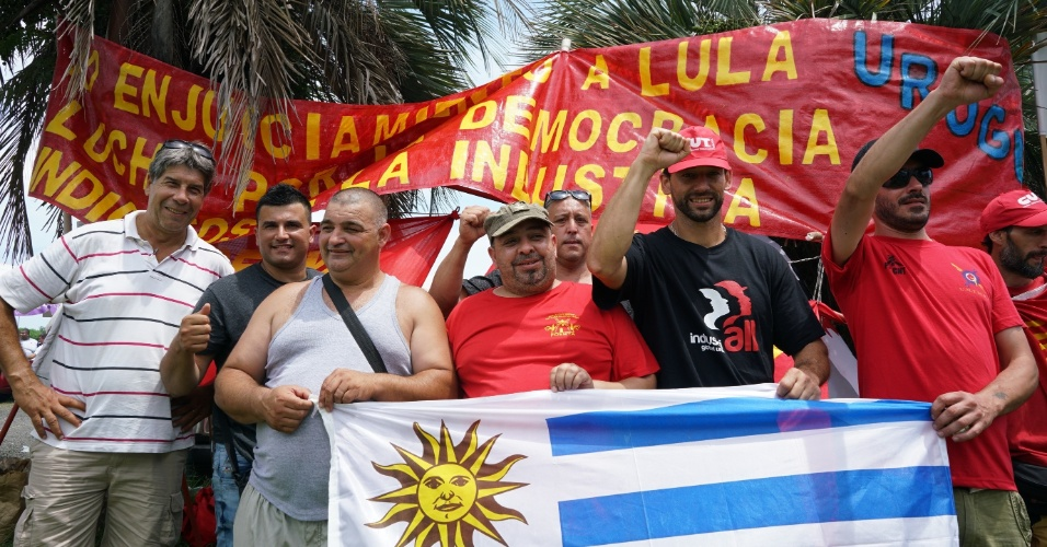 Grupo de manifestantes uruguaios veio a Porto Alegre mostrar apoio a Lula