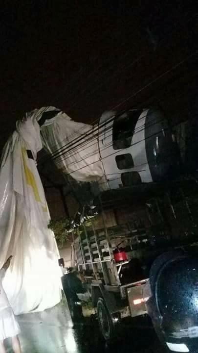 15.fev.2018 - Um dirigível foi arrastado pela força do vento na região de Magalhães Bastos, na Estrada São Pedro de Alcântara, no Rio
