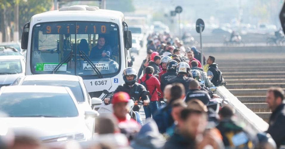 Motoristas e motociclistas enfrentam uma enorme fila para abstecer no posto Shell, na marginal Tietê, esquina com a rua Celestino Bourroul, no bairro do Limão, na zona norte de São Paulo, na manhã desta segunda-feira (28). O trânsito ficou comprometido no local e houve reflexos na marginal. A paralisação dos caminhoneiros entra no oitavo dia. A categoria ainda mantém bloqueios em todo o país, o que causa o desabastecimento de produtos e combustível nas cidades. Polícias estaduais, Polícia Federal e tropas do Exército negociam a saída dos manifestantes das estradas e fazem escoltas para liberar a saída de caminhões-tanque de refinarias