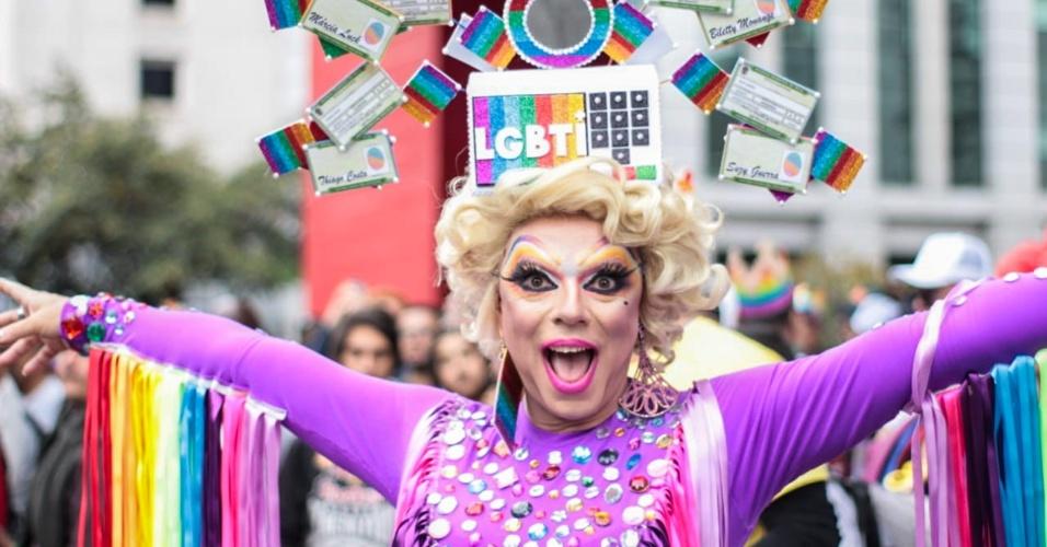 3.jun.2018 - Presentes à Parada usam fantasia referentes às eleições de 2018, tema da 22ª Parada do Orgulho LGBT que acontece neste domingo (3) em São Paulo