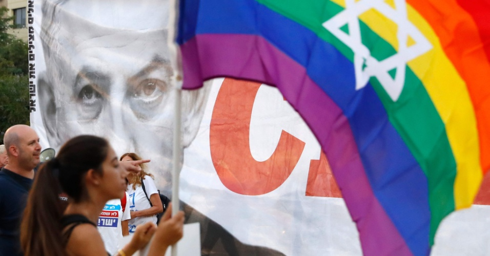 22.jul.2018 - ISRAEL: Manifestantes protestam em Tel Aviv contra lei que exclui homens da possibilidade de ter filhos por meio de barrigas de aluguéis. Manifestante entendem que a lei é contra casais de homens