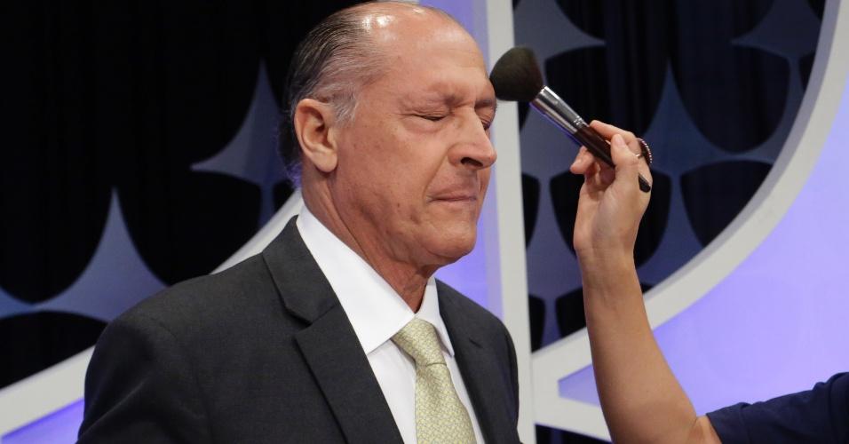 """Geraldo Alckmin (PSDB) tira os óculos para assistente ajeitar """"maquiagem"""" durante o debate"""