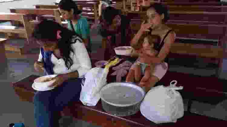 Venezuelanos recebem comida de grupo missionário em Boa Vista - Aliança da Misericórdia