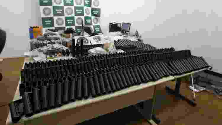 Policiais encontraram dezenas de armas desmontadas, incluindo peças para fuzis e munições, em uma operação da Delegacia de Homicídios (DH) na manhã de hoje - MÁRCIO MERCANTE/ESTADÃO CONTEÚDO - MÁRCIO MERCANTE/ESTADÃO CONTEÚDO