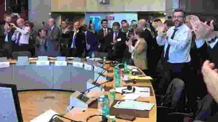 Imagem publicada por Ernesto Araújo mostra a comemoração após a conclusão das negociações com a UE - Twitter @ernestofaraujo - Twitter @ernestofaraujo