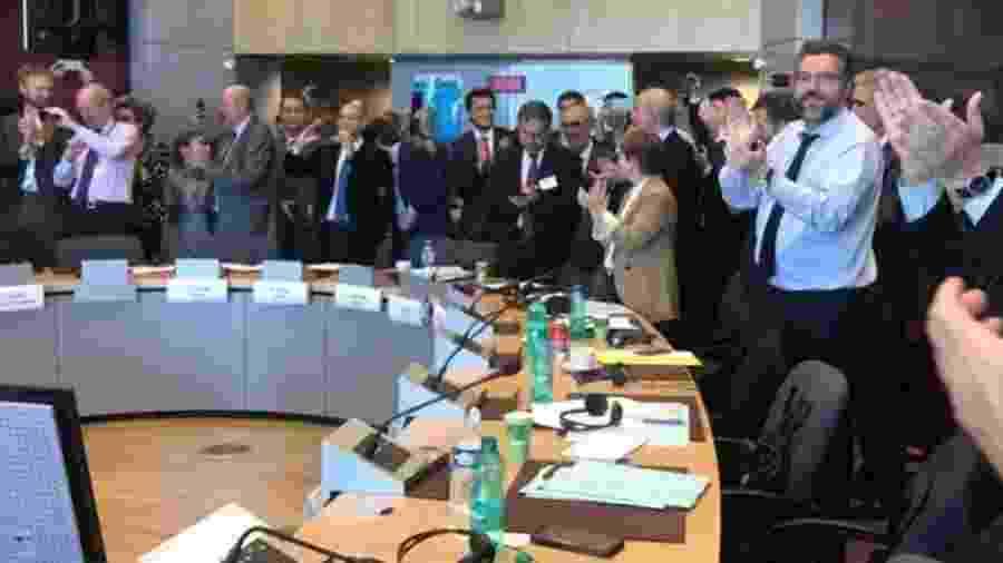 Imagem publicada por Ernesto Araújo mostra a comemoração após a conclusão das negociações com a UE - Twitter @ernestofaraujo