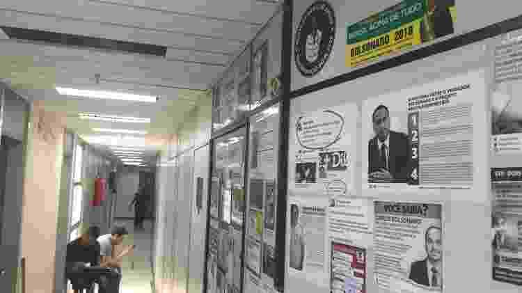 30.out.2019 - Gabinete de Carlos fica no mesmo andar de vereadores do PSOL, que exibem mensagens sobre Marielle - Herculano Barreto Filho/UOL