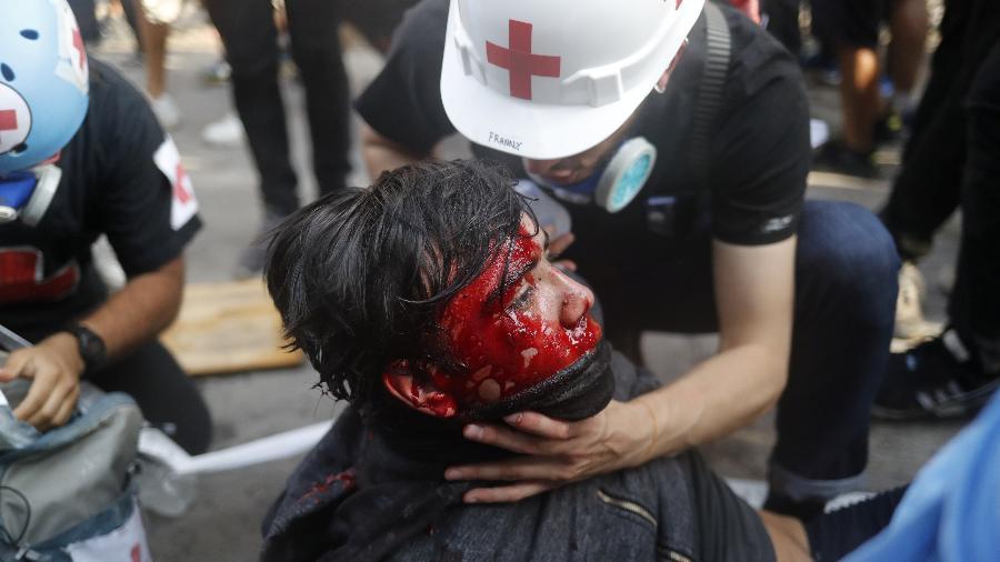 Manifestante ferido recebe atendimento médico em protesto contra o governo do Chile em Santiago - Jorge Silva - 14.nov.2019/Reuters