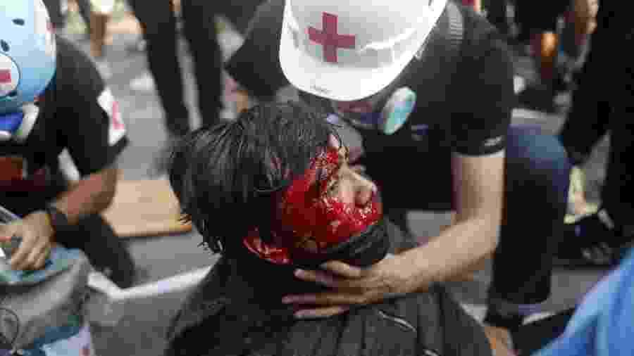 14.nov.2019 - Manifestante ferido recebe atendimento médico em protesto contra o governo do Chile em Santiago - Jorge Silva - 14.nov.2019/Reuters