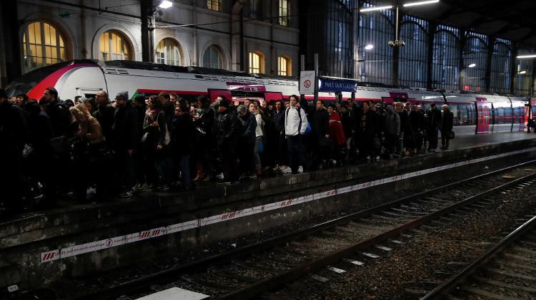 Transporte parado   5º dia de greve provoca grandes engarrafamentos na França