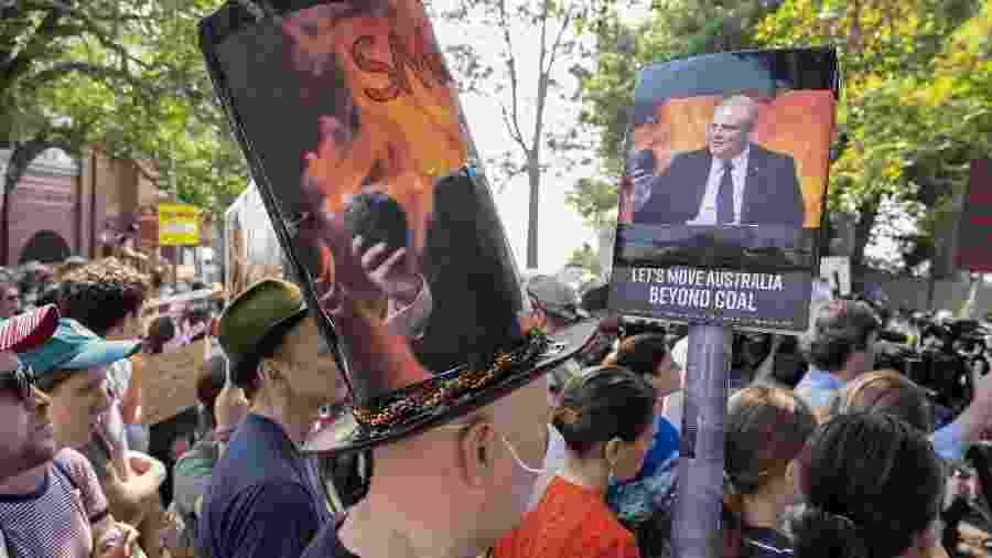Australianos protestam em frente à casa do primeiro-ministro Scott Morrison, pela falta de ações para controlar a emissão de gases poluentes e para conter os incêndios que atingem o país - Wendell Teodoro/AFP
