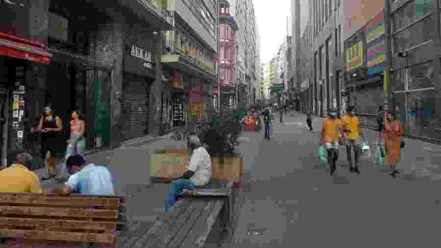 Pessoas caminham na rua 7 de abril em meio à quarentena; movimentação no centro de São Paulo se intensificou nos últimos dias - Alex Tajra/ UOL