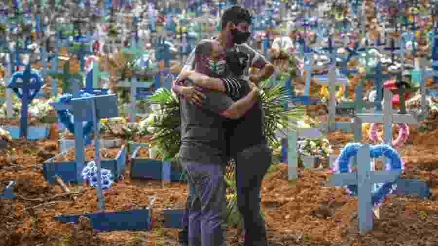 19.05.2020 - Parentes de vítima da covid-19 após velório em cemitério Parque Taruma, em Manaus - Andre Coelho/Getty Images
