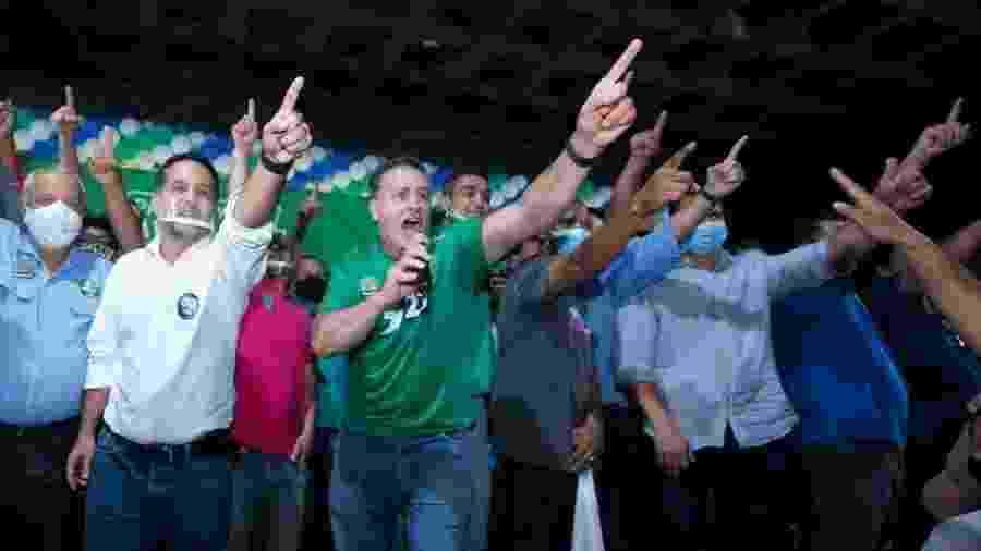 Luciano Rezende (de camisa verde) e Fabrício Gandini (à esq. do prefeito) participam de campanha eleitoral em Vitória - Diego Alves/Divulgação/Fabrício Gandini