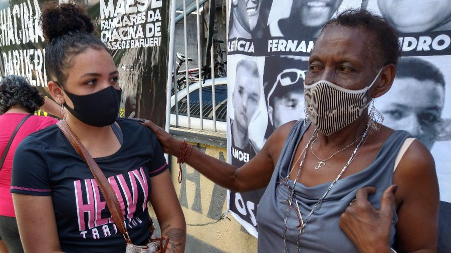 Zilda Maria de Paula (à esq.), líder das mães de Osasco e Barueri, conversa com Josiane Amaral, filha da vítima Joseval Silva - Marcelo Oliveira/UOL
