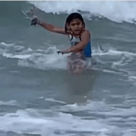 Anela correndo para fora da água, após avistar o tubarão - Reprodução/Facebook/KITV 4