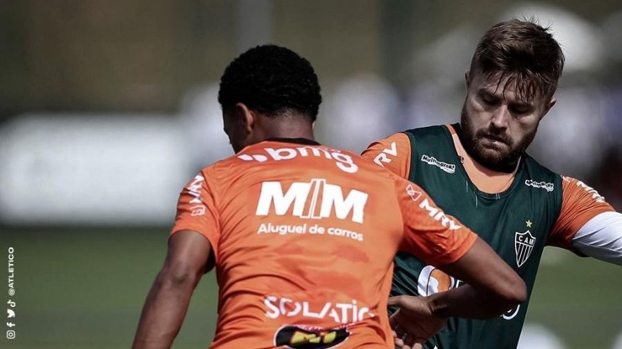 O acordo entre Atlético e a empresa de aluguel de veículos é que a marca seja estampada apenas nos uniformes de treino - Pedro Souza/Atlético